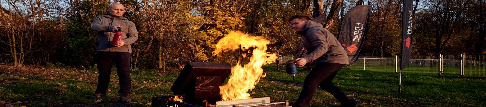 Mężczyźni gaszący płomień