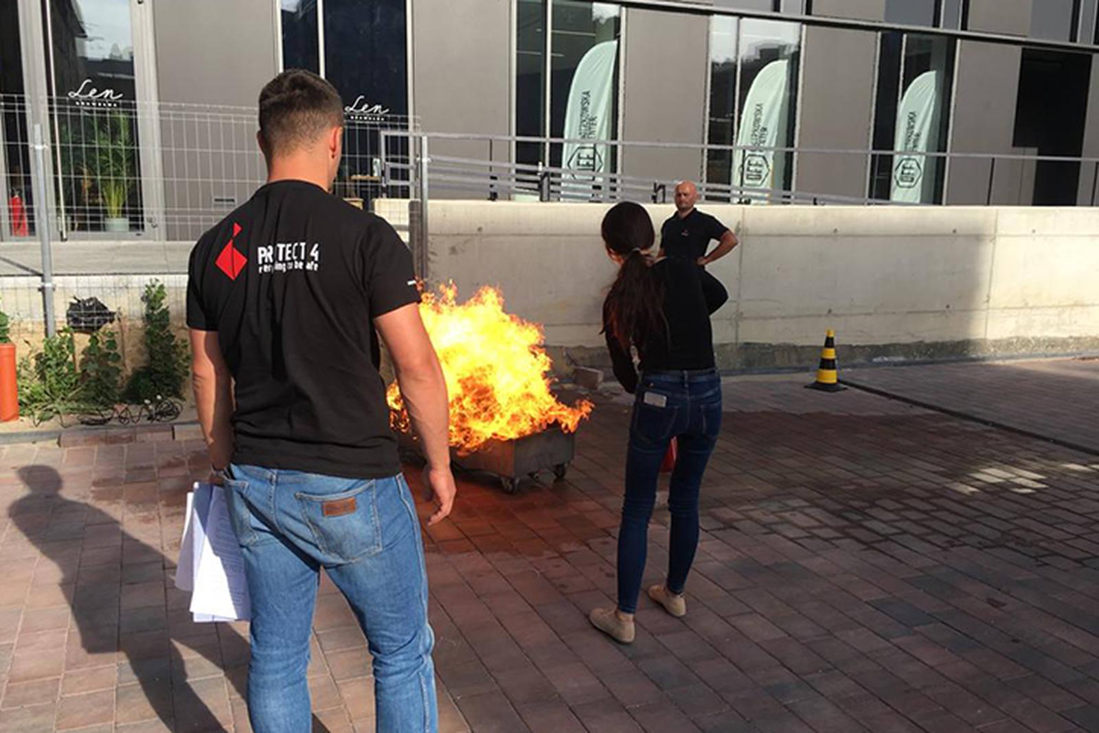 grupa osób szkolisię zzakresu gaszenia pożaru